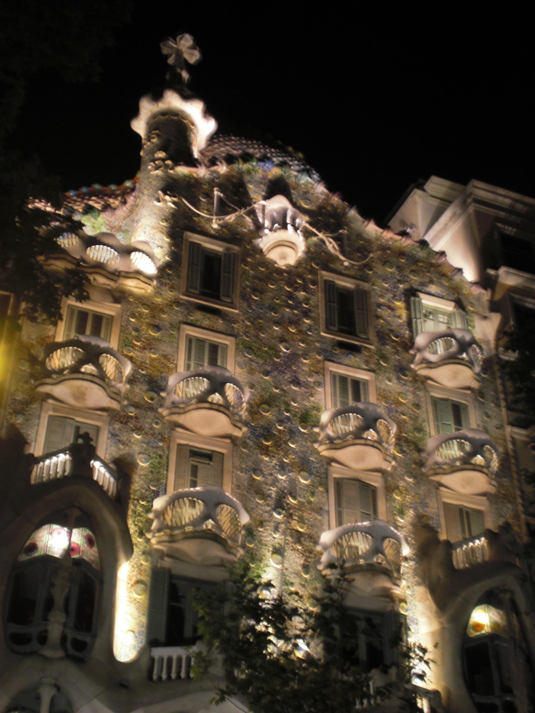 gaud%c3%ad-house-at-night